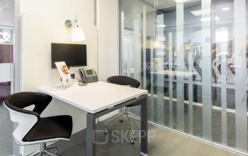 Cet espace de bureau privatisé est équipé d'un écran télé à la rue Maurice Flandin