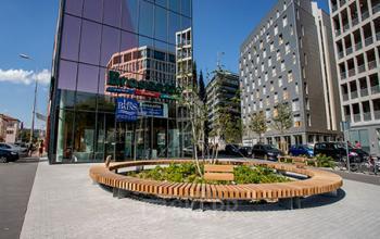Immeuble de bureaux vitré avec une cour devant l'entrée à la rue Crepet