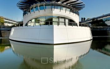 Centre d'affaires situé sur un bateau où vous pourrez travailler en toute tranquillité à la Place Giovanni da Verrazzano