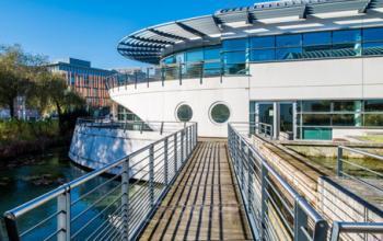 Entrée de nos bureaux situés sur un bateau à la Place Giovanni da Verrazzano