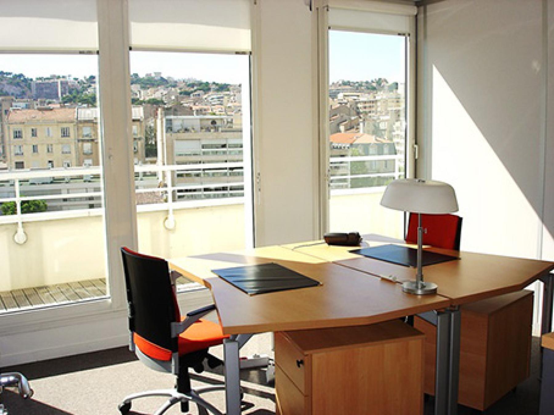 Cet espace de bureau vous offre un cadre de travail excellent à l'avenue du Prado