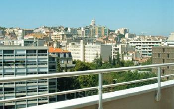 Ce balcon avec vue est un bel endroit pour prendre un café en profitant du soleil de Marseille