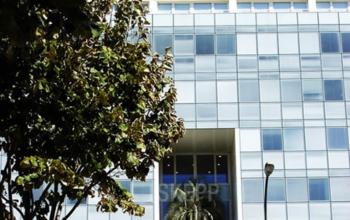 Moderne vitré immeuble de bureaux à l'avenue du Prado