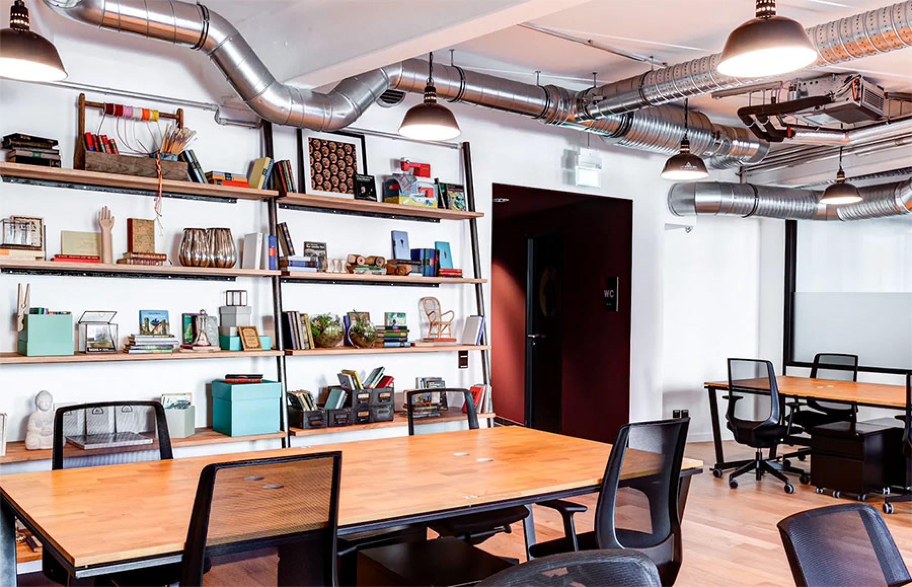 Toll eingerichteter Büroraum mit Regalen zur Ablage