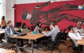 Arbeitsplätze in lebendiger Coworking-Area
