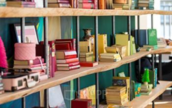 Offener Büroraum mit Holzboden und Regal