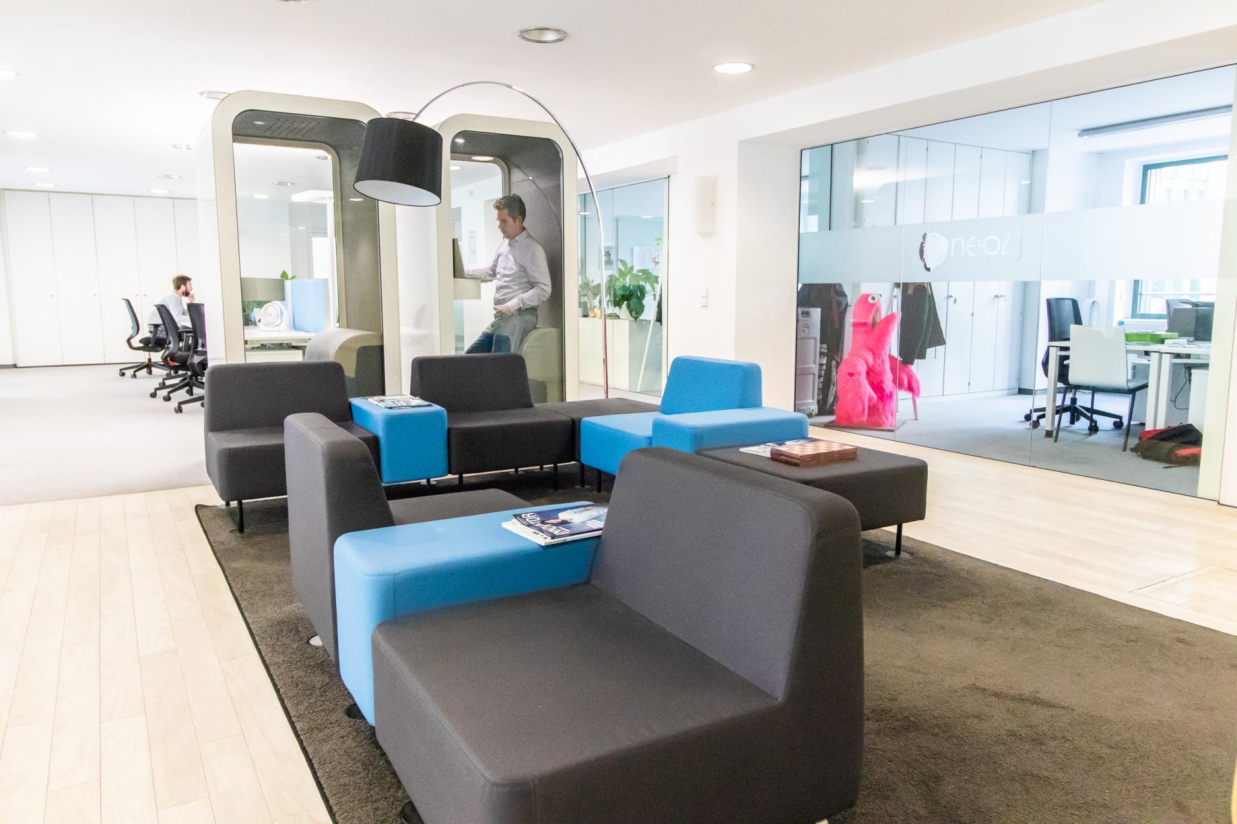 Moderner Aufenthaltsraum im Business Center in München