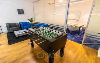 Moderne Business Lounge im Bürogebäude in der Pacellistraße in München