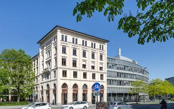 Bürogebäude mit stilvoller Außenansicht im italienischen Design in der Münchener Altstadt