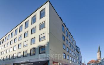 Beeindruckende Außenansicht des Bürogebäudes an der Theatinerstraße in München-Altstadt
