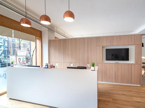 Stilvoller Empfangsbereich des Bürogebäudes an der Sonnenstraße in München