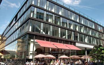 Beeindruckende Außenansicht des Bürogebäudes an der Maximilianstraße in München-Altstadt