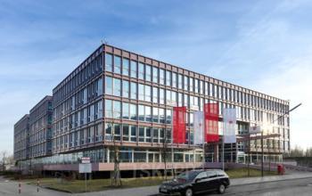 Beeindruckende Außenansicht des Bürogebäudes an der Kronstadter Straße in München Bogenhausen