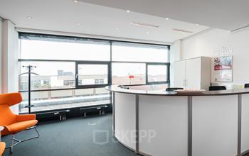 Beeindruckender Empfangsbereich des Bürogebäudes an der Karlstraße in München