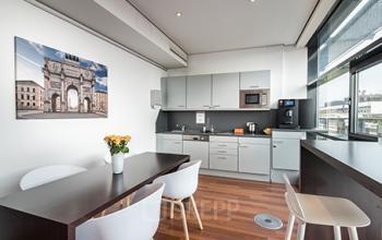 Moderne Gemeinschaftsküche des Bürogebäudes in Maxvorstadt