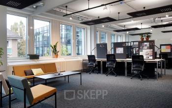 Offenes Büro mit modernen Arbeitsplätzen und Sitzecke