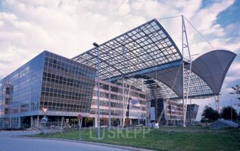 Stilvolle Außenansicht des Bürogebäudes an der Terminalstraße in München