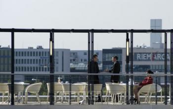 Modernes Business Center am Konrad-Zuse-Platz in München mit großer Dachterasse