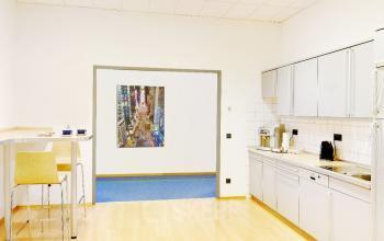 Einen Arbeitsplatz mieten im modernen Business Center in Schwabing mit großer Küche