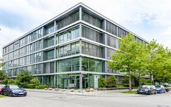 Fantastische Außenansicht des Bürogebäudes an der Marcel-Breuer-Straße in München