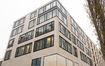 Beeindruckende Außenansicht des Bürogebäudes an der Leopoldstraße in München-Schwabing