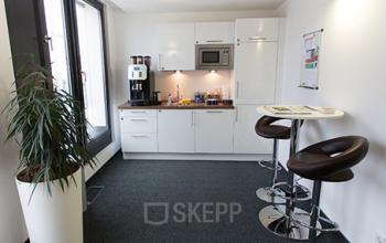 Voll ausgestattete Gemeinschaftsküche der Immobilie in München-Schwabing