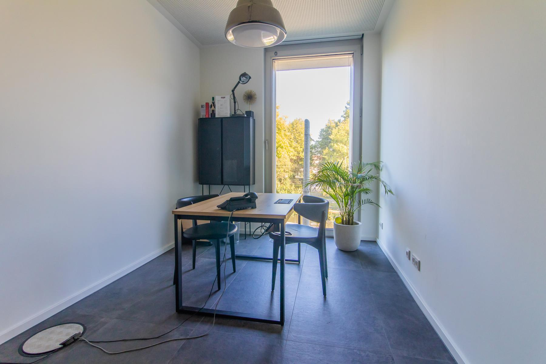 Rent a retail office in the office building in Munich