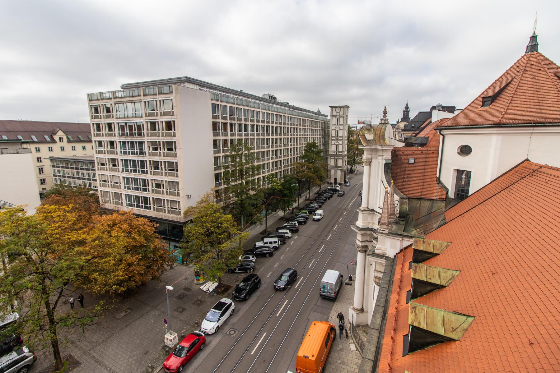 Eindrucksvoller Ausblick des Bürogebäudes in der Pacellistraße in München Altstadt
