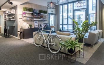 Aufenthaltsbereich und Flur in gemütlichen Ambiente mit Bürobepflanzung