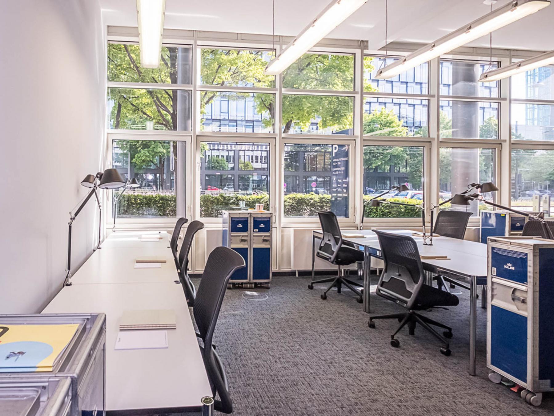 Arbeitsplätze in geräumigem Büro mit toller Aussicht