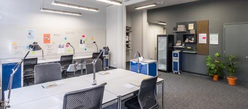 Großer Büroraum mit einigen Arbeitsplätzen zur Miete an der Arnulfstraße in München
