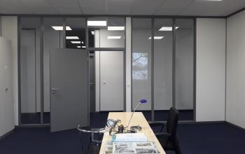 Moderner Büroraum in geteiltem Bürogebäude in München