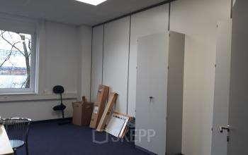 Viel Stauraum im modernen Bürogebäude in München
