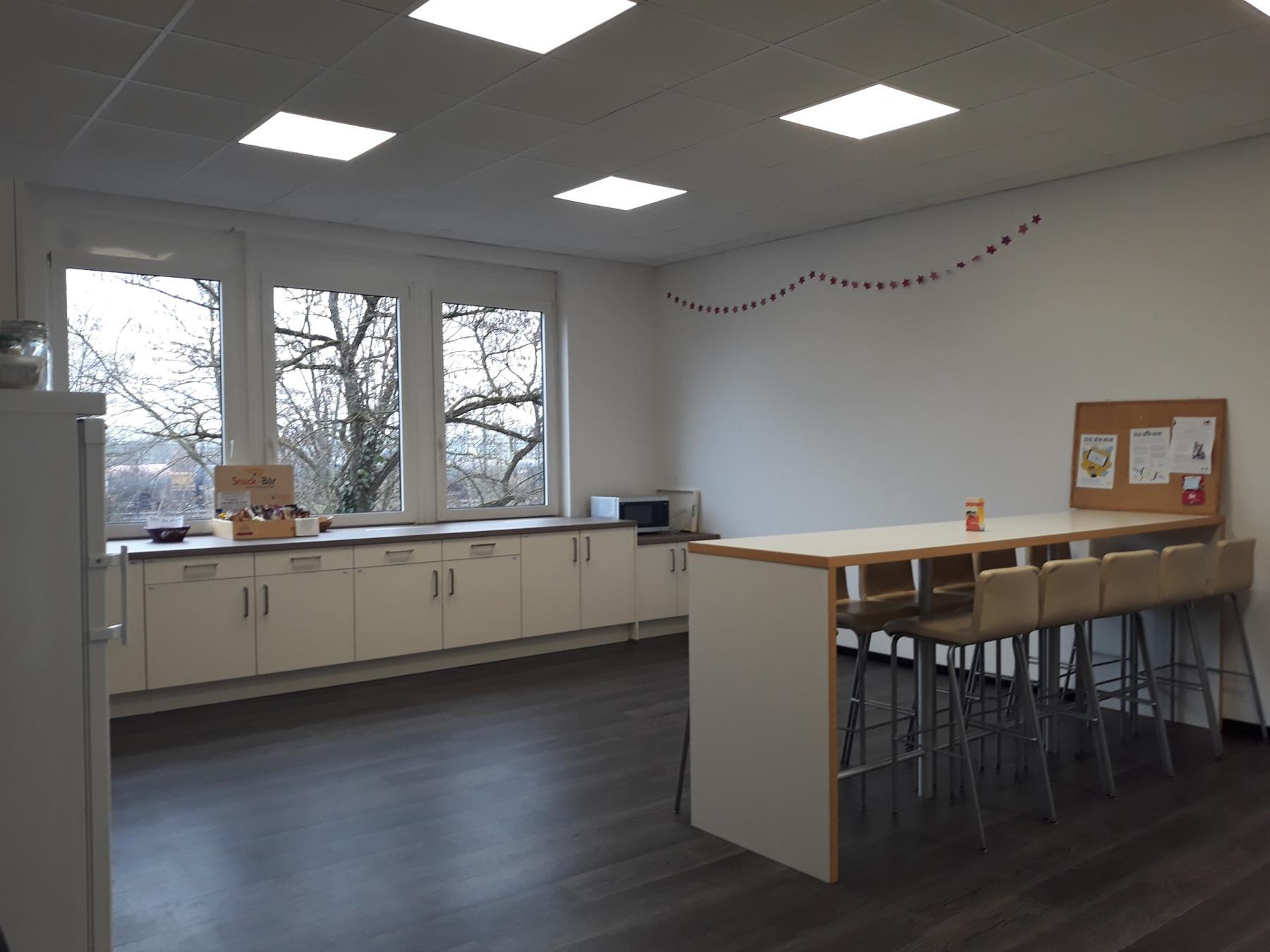 Große Gemeinschaftsküche im modernen Business Center in München