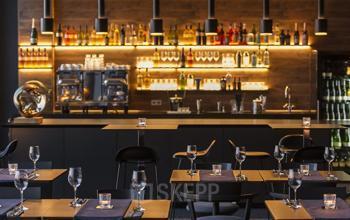 Exklusive Sitzgelegenheiten mit beleuchteter Bar