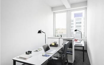 Heller Büroraum mit moderner Ausstattung