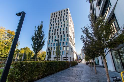 Beeindruckende Außenansicht des Bürogebäudes in München Schwabing