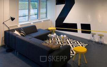 loungeruimte informele vergadering nieuwegein zoomstede kantoorpand banken stoelen krukken ramen uitzicht
