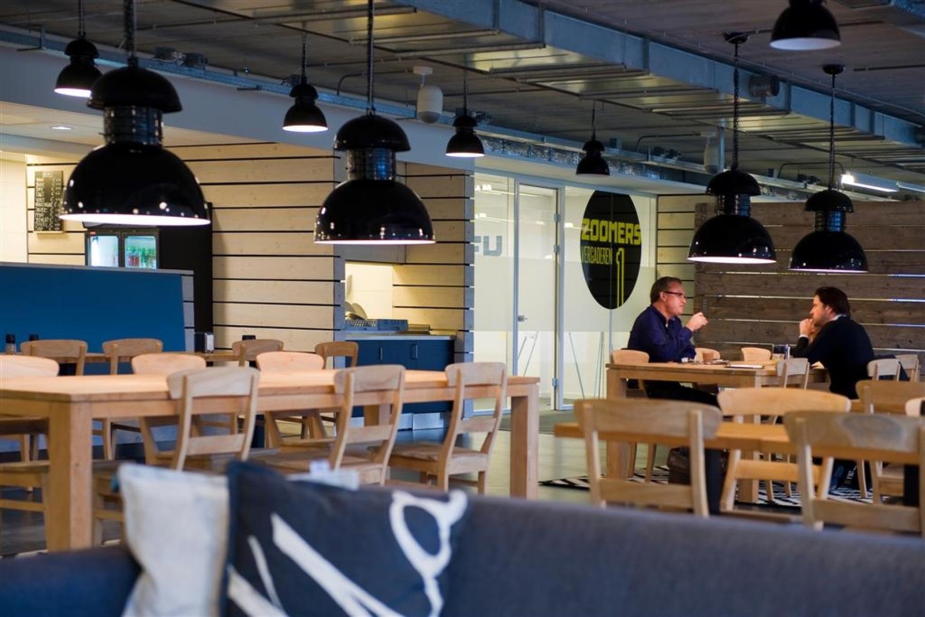 informele vergadering lunch borrels bedrijfsrestaurant brasserie lampen tafels stoelen kantoor nieuwegein