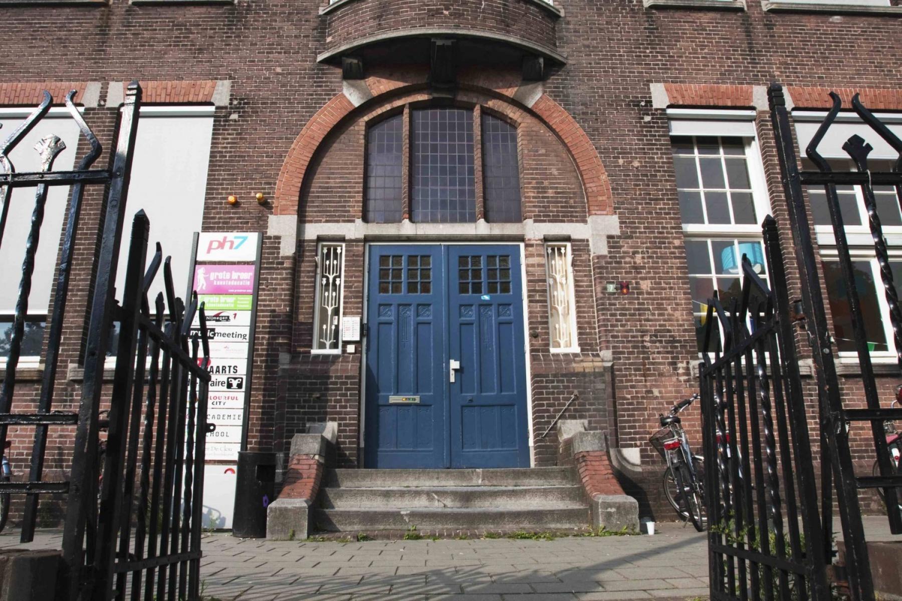 entree schoolgebouw poort kantoorpand nijmegen prins hendrikstraat