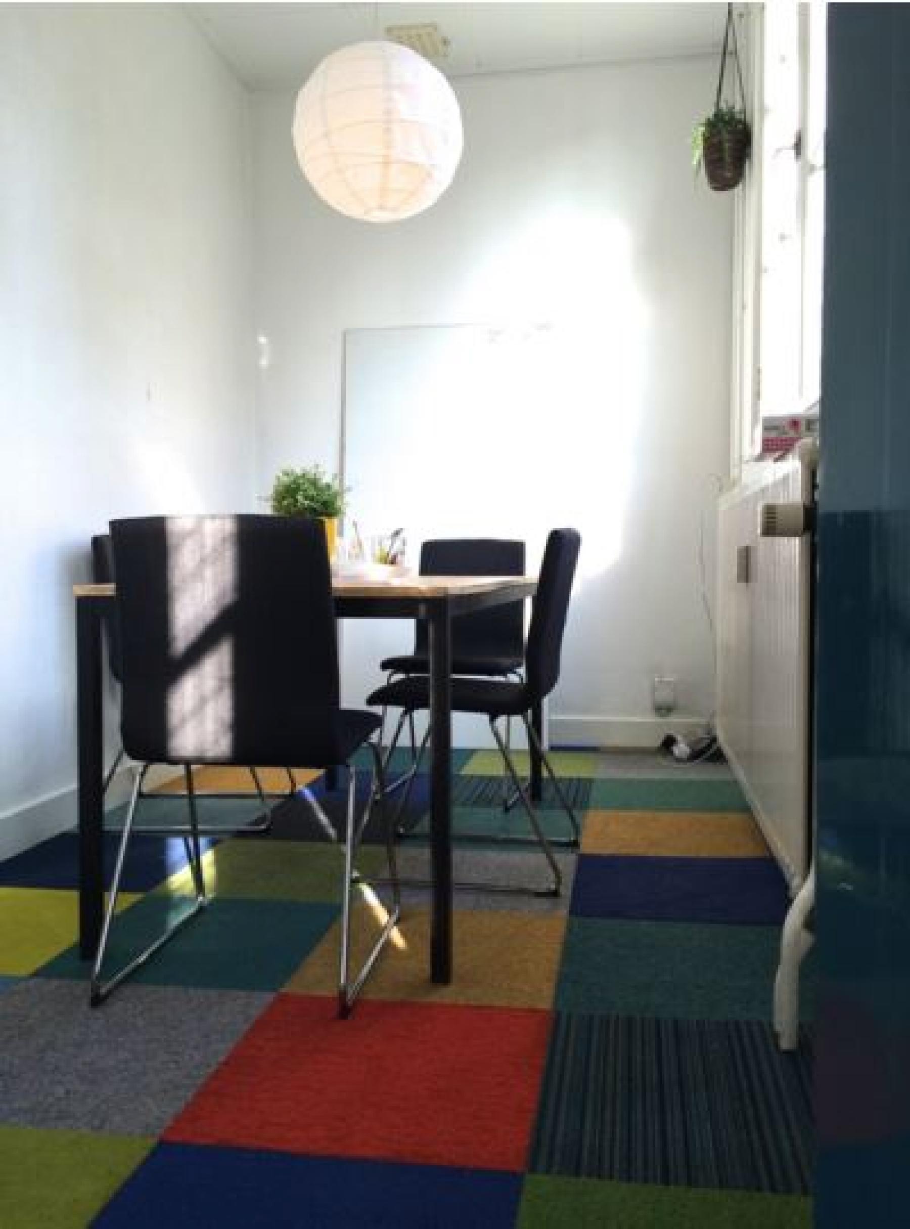 coachruimte spreekruimte vergaderruimte drie personen kantoorpand nijmegen kleurrijk gemeubileerd
