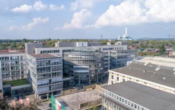 Herrliche Außenansicht vom Bürogebäude mit Glasfassade