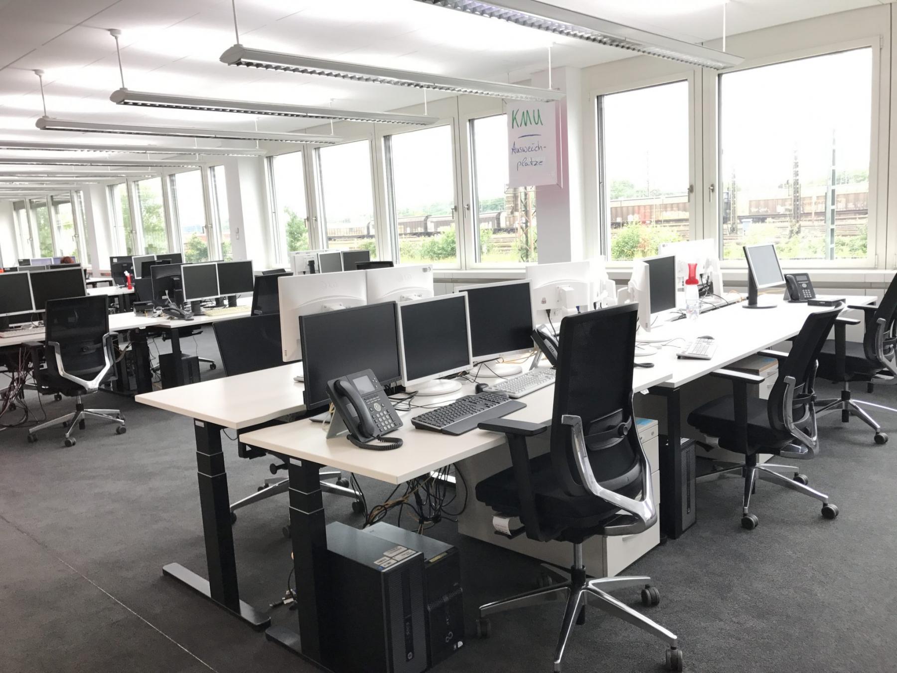 Geräumiger Coworking-Bereich mit Aussicht aufs Gelände
