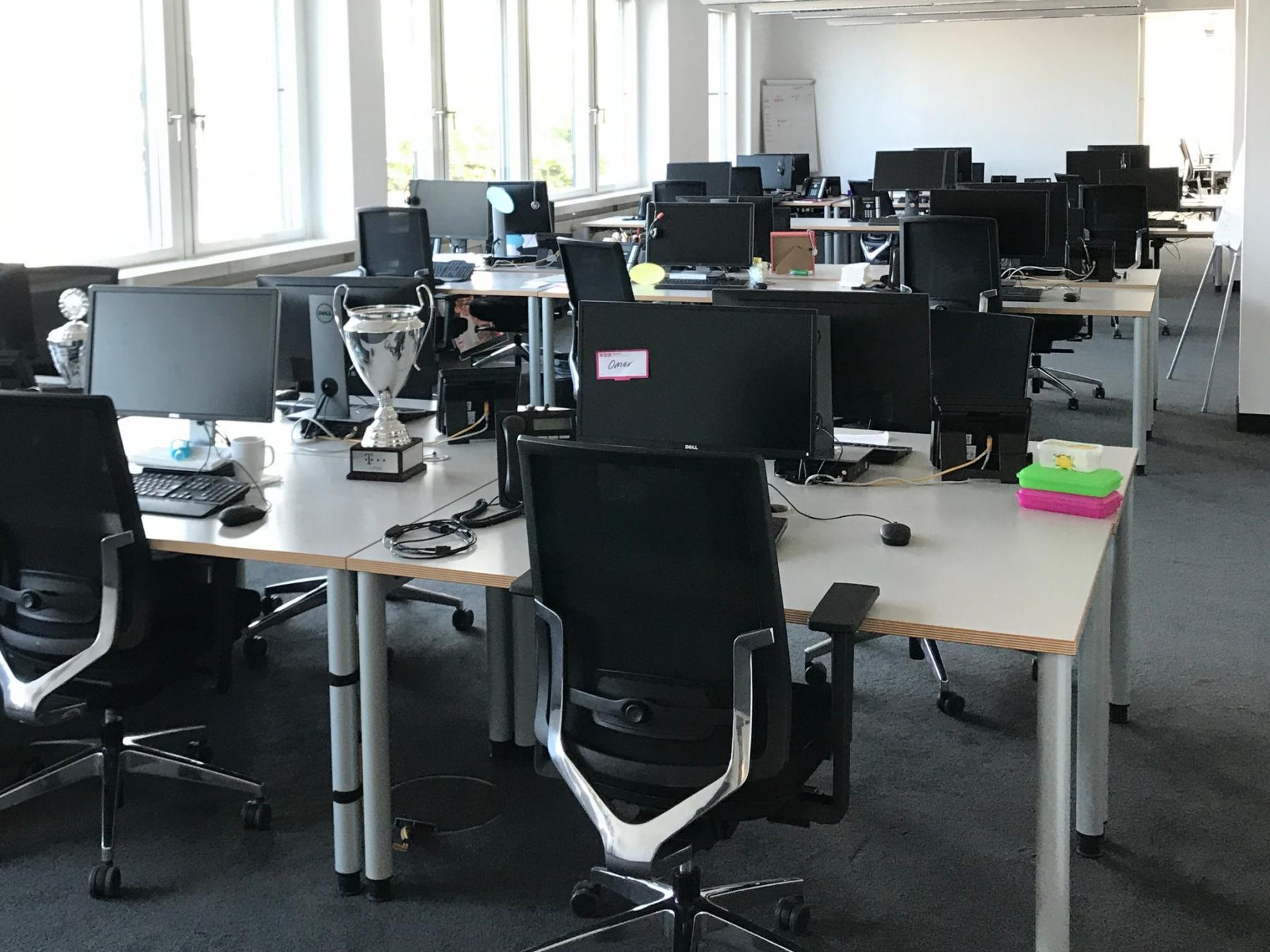 Modern eingerichtete Arbeitsplätze im offenen Bürobereich