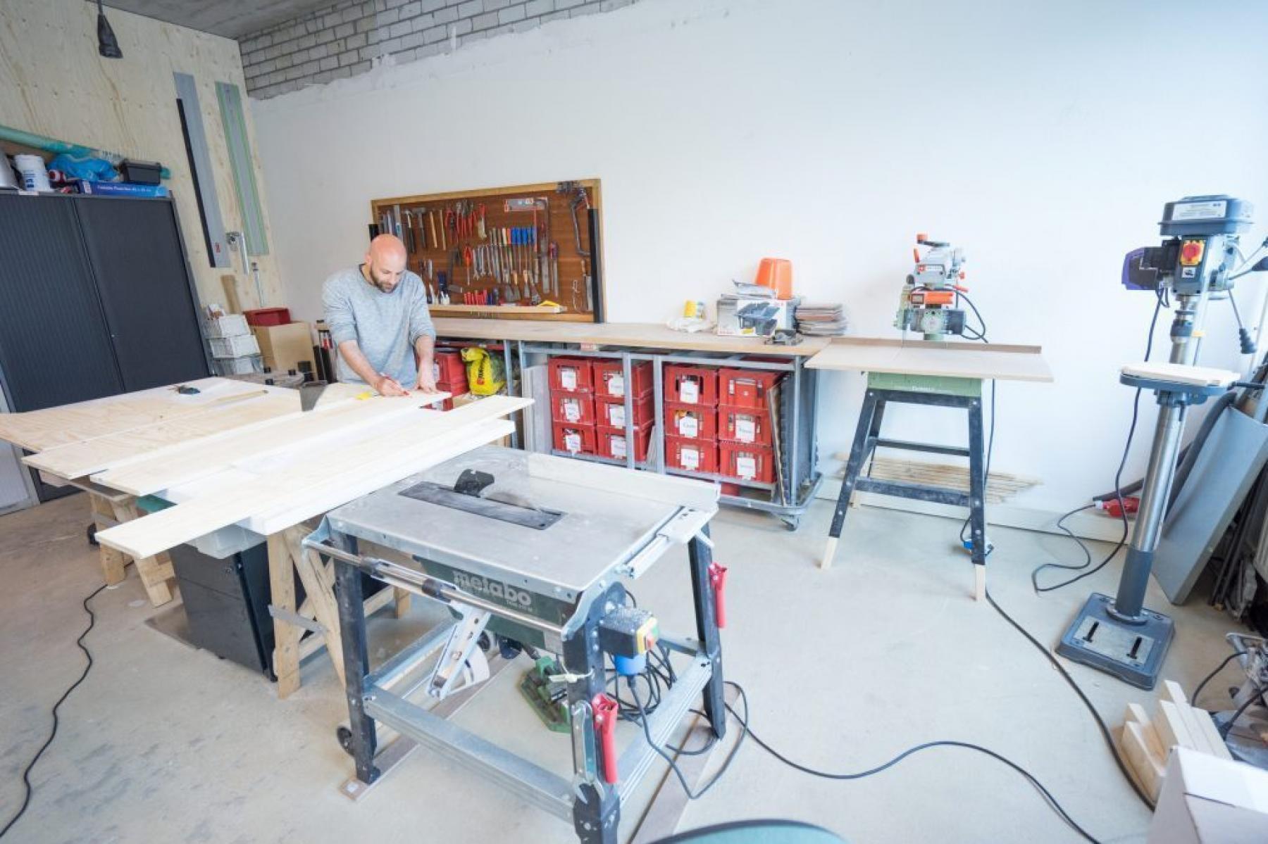 Gemütlicher Arbeitsraum mit viel Platz für Maschinen und Material