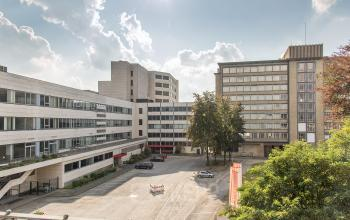 Bürokomplex mit großem Hof