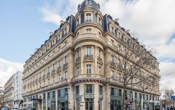 Élégant immeuble Haussmannien de l'architecture du 19ème siècle dans la rue du Louvre
