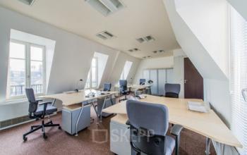 Grand espace de bureau où il y a assez de place à l'avenue de l'Opéra