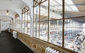 Grand hall de notre centre d'affaires avec vue sur la gare du Nord à la rue de Dunkerque