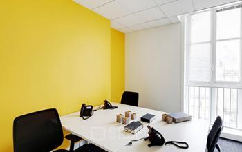 Espace de bureau aux couleurs vives à la rue de Dunkerque